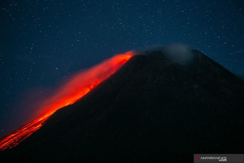 Gunung Merapi luncurkan guguran lava pijar sejauh 2 km