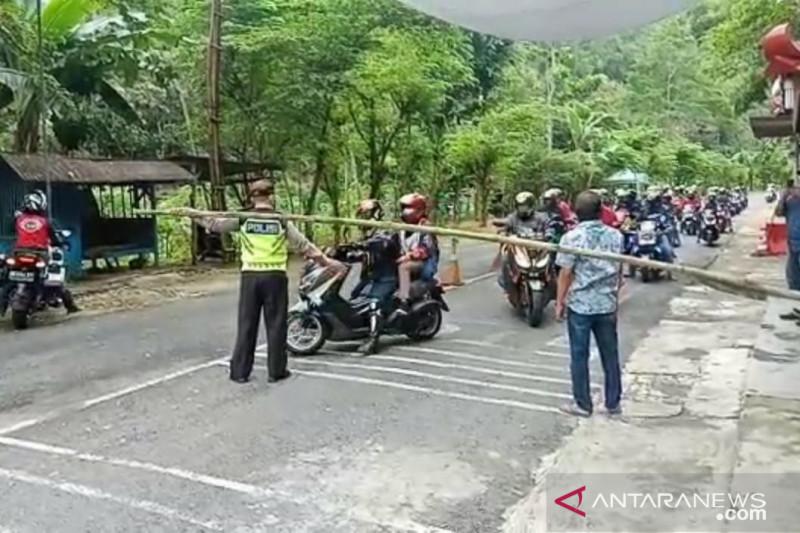 Petugas retribusi di Gunung Kidul halau ribuan wisatawan yang masuk