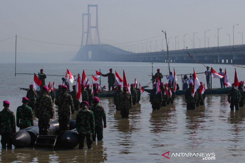 Marinir dan warga pesisir gelar upacara di pantai kaki Suramadu