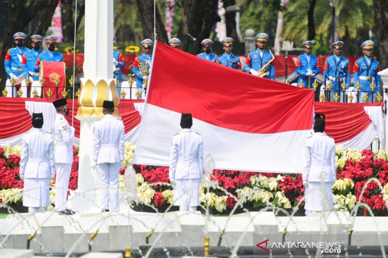 Tim Indonesia Tumbuh bertugas pada Upacara Penurunan Bendera Negara