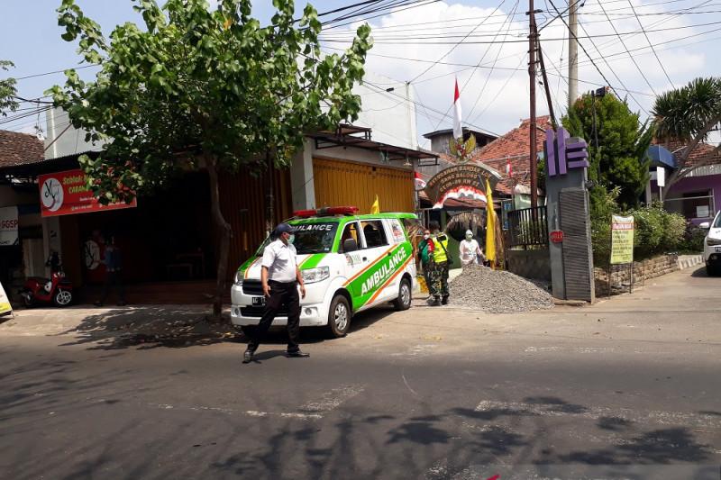 TNI dengan Satgas COVID-19 Kediri jemput pasien isolasi mandiri