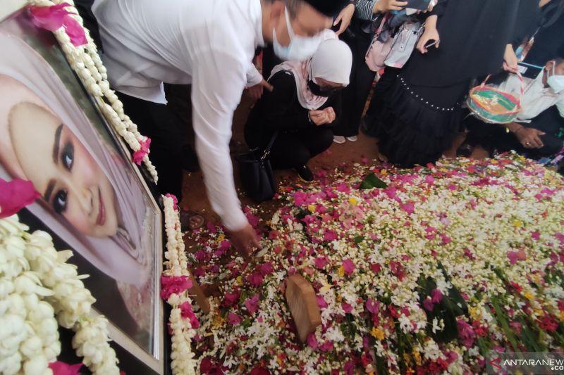 Pemakaman Percha Leanpuri berlangsung dengan prokes ketat