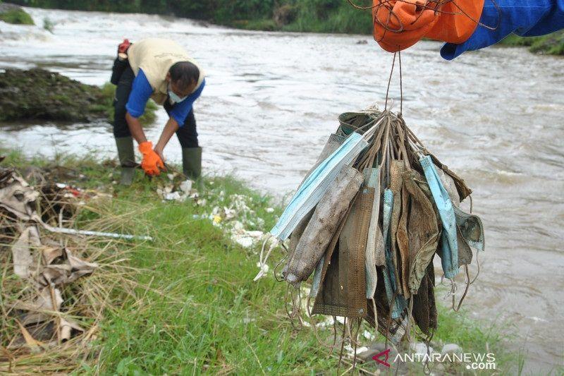 Masker bekas pakai pun sampai Teluk Jakarta