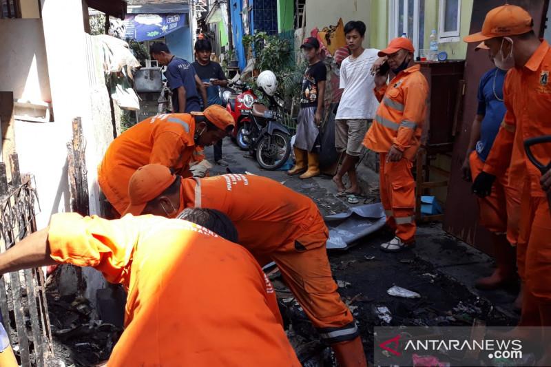 PPSU bersihkan puing sisa kebakaran 18 rumah di Kampung Melayu
