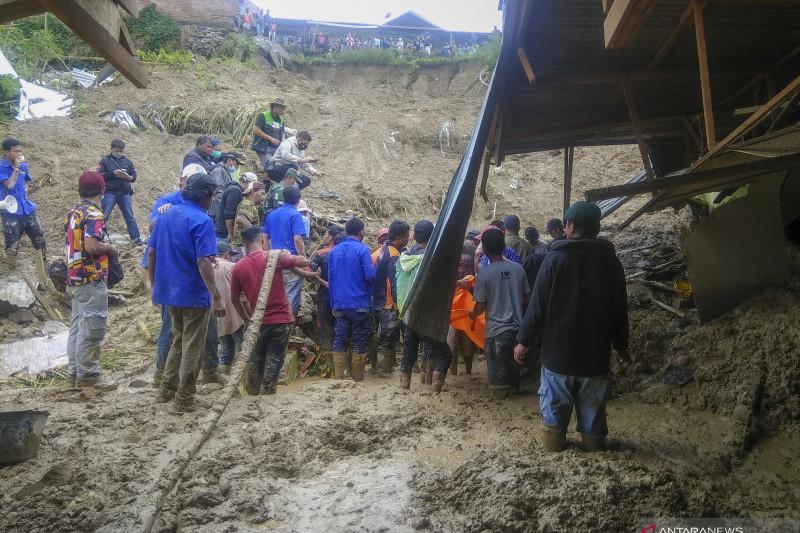 Pencarian korban longsor di Kabanjahe