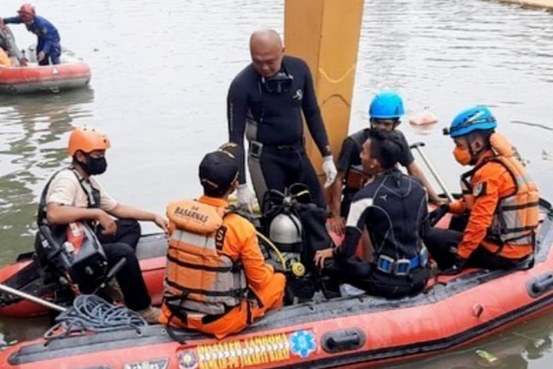 Tim SAR gabungan cari pemuda tenggelam di Banjir Kanal Barat