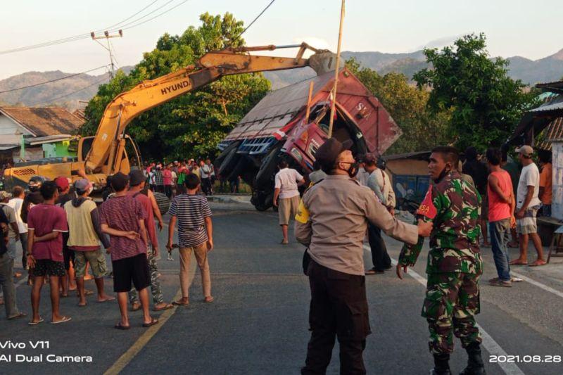 Hindari sapi, tronton bermuatan dedak terguling timpa kios dan rumah warga di Lape