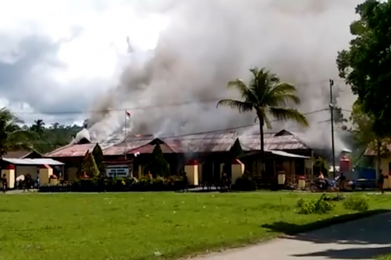 Warga tertembak, Mapolsek Nimboran Jayapura dibakar massa