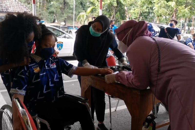 Vaksinasi atlet Peparnas Papua di Solo