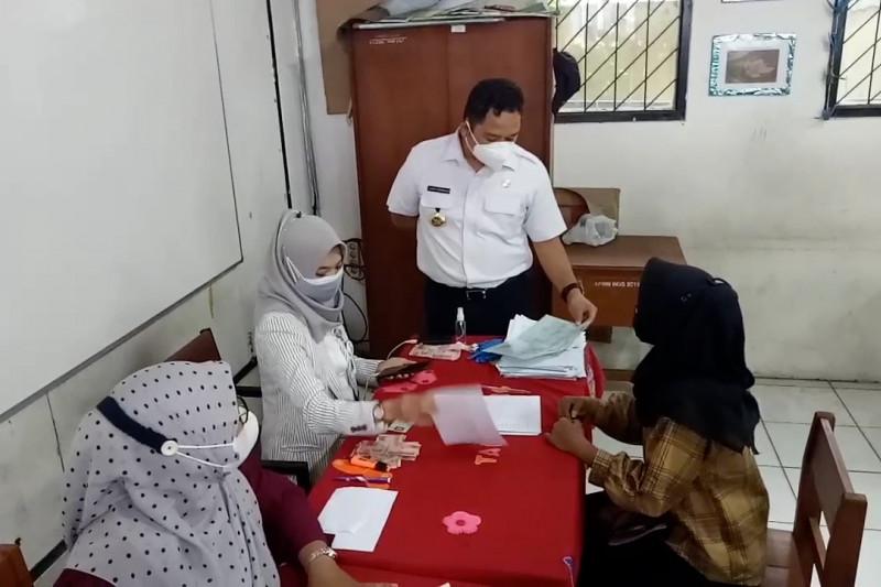 Pemkot Tangerang salurkan BST untuk 9.988 warga terdampak pandemi
