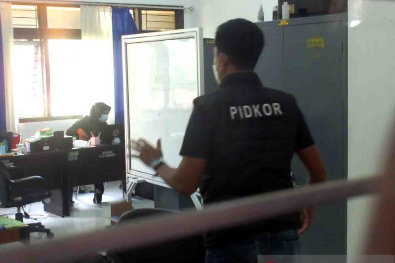 Polisi geledah Kantor BPBD Jember terkait honor pemakaman COVID-19