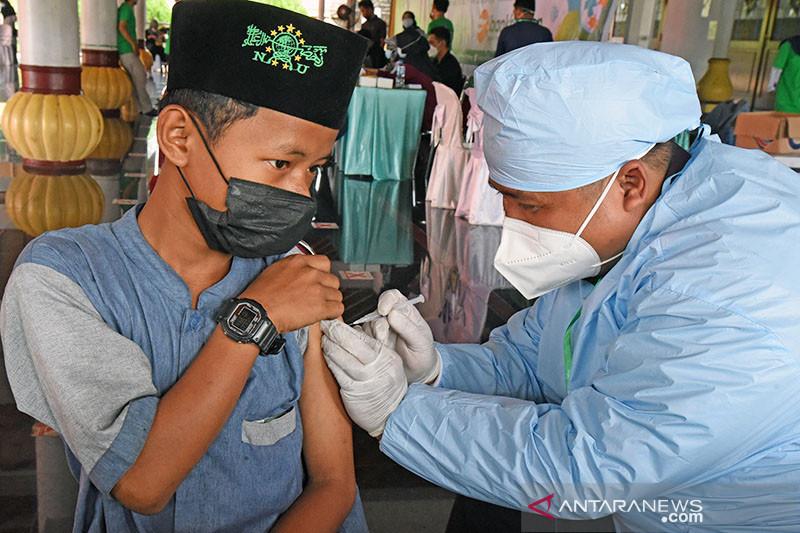 Menag pastikan vaksinasi bagi jutaan santri terus bergulir