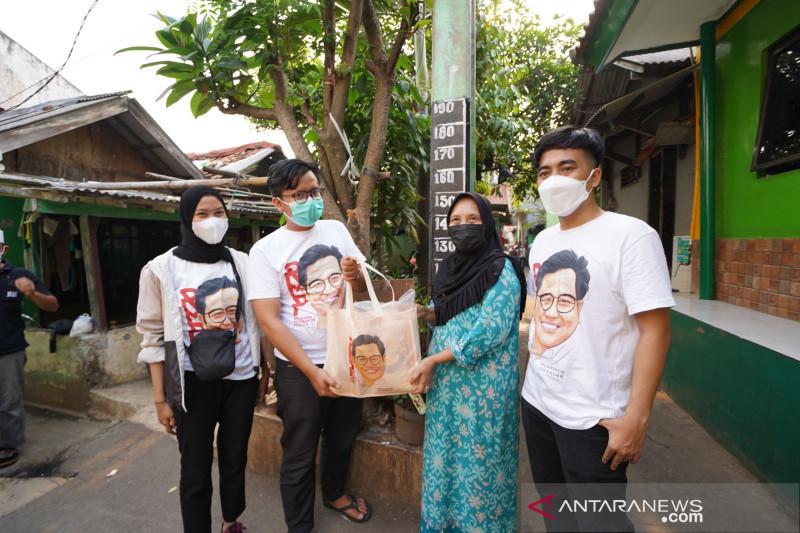 Relawan Muhaimin bagikan paket sembako kepada guru ngaji