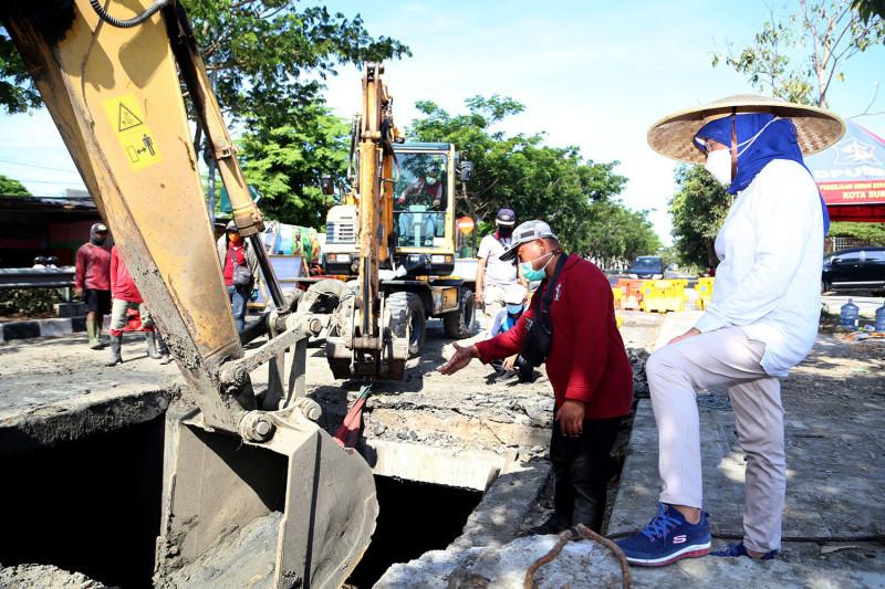 Jelang musim hujan, pengerukan lumpur di Surabaya digiatkan