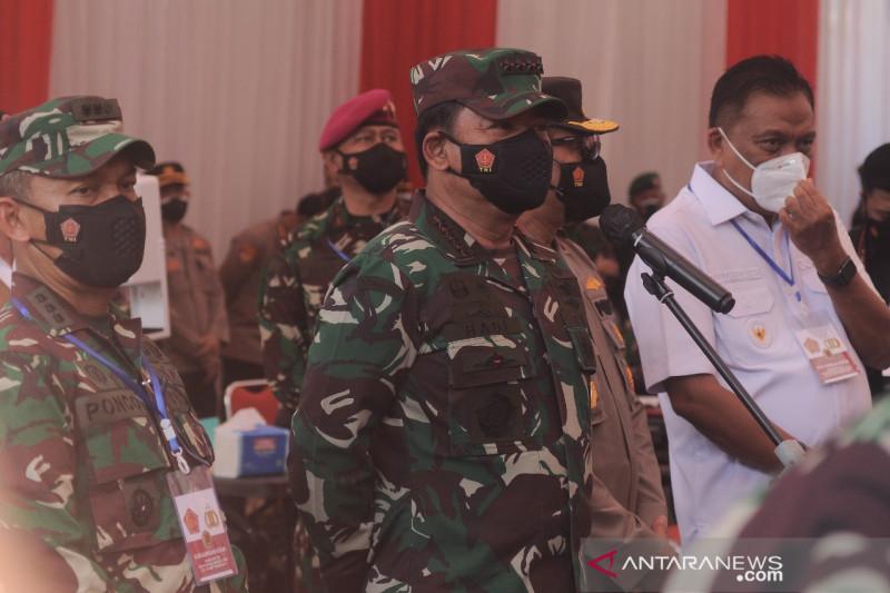 Panglima TNI tinjau vaksinasi di Manado