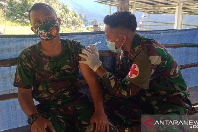 Satgas TNI Yonif 403 lakukan vaksinasi di perbatasan RI-PNG