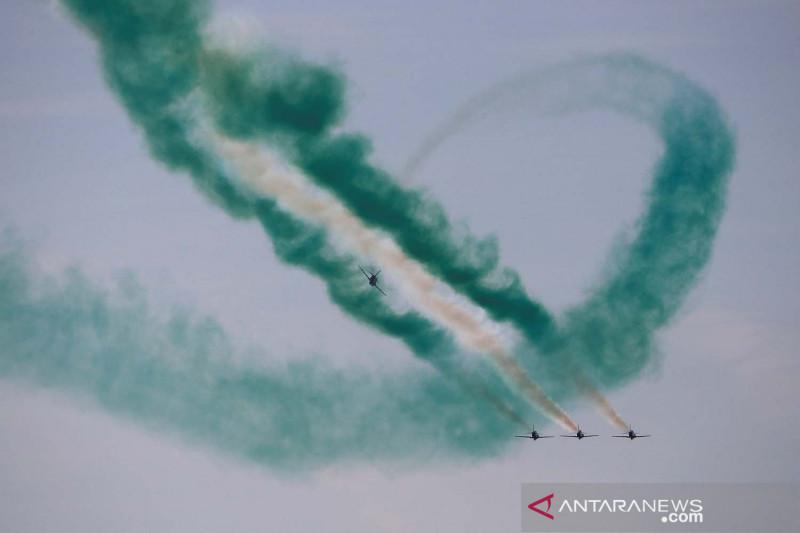 Atraksi aerobatik Tim Saudi Hawks pada ajang Athens Flying Week