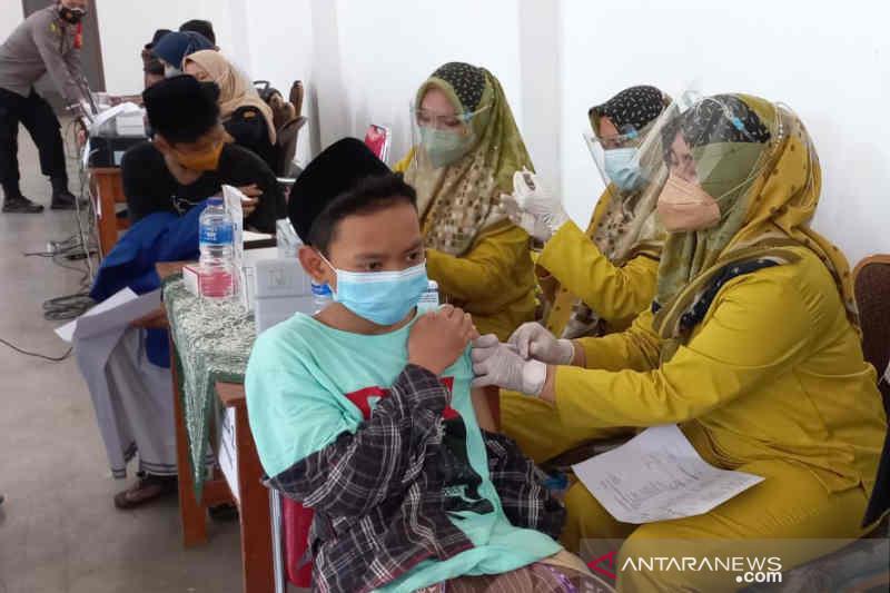 Ribuan santri di Cirebon ikuti Vaksinasi Merdeka