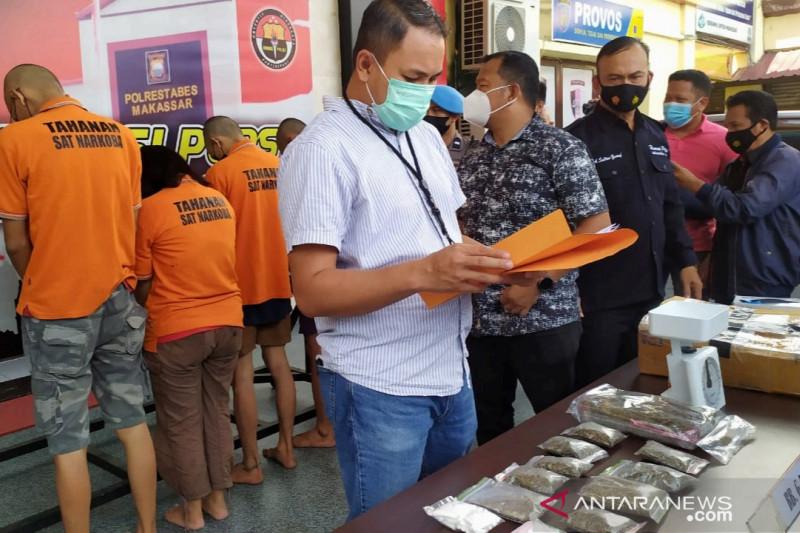 Polrestabes Makassar mengungkap peredaran satu kilogram ganja