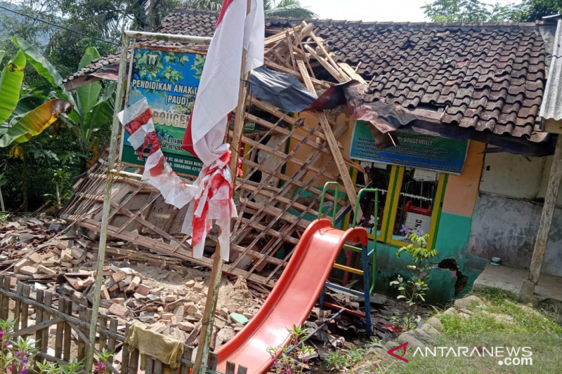 Sepuluh wanita terluka akibat bangunan posyandu di Sukabumi ambruk