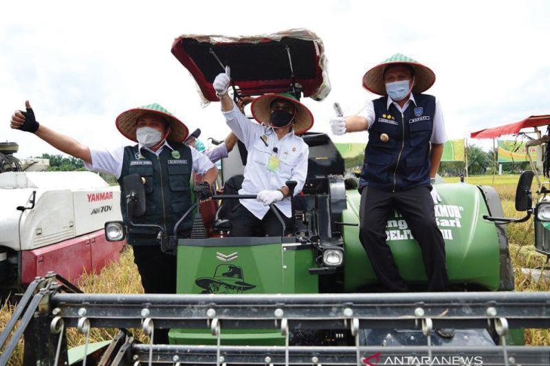 Gubernur Sumsel serahkan bantuan alat pertanian ke petani di OKU Timur