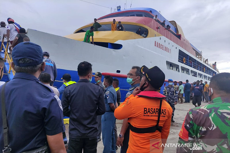 Tim SAR evakuasi 100 penumpang KM Simba 1