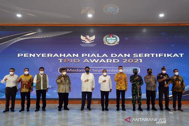 Menko Perekonomian serahkan TPID Award  untuk Pemprov Sumut