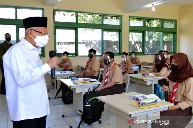 Ma'ruf Amin tinjau PTM terbatas dan vaksinasi di Banten