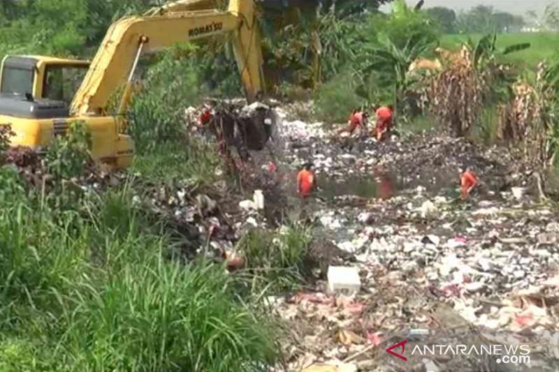 Sampah Kali Busa berasal dari hulu sungai