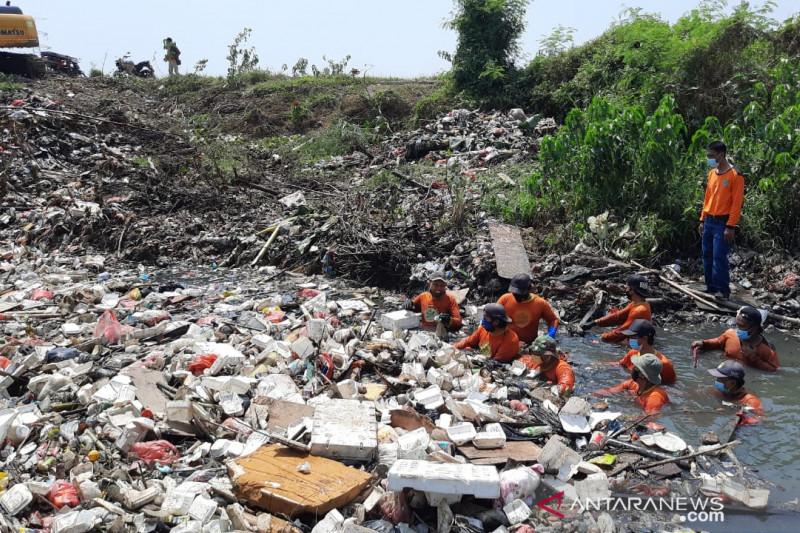Tim Biawak Bekasi angkut 50 ton sampah Kali Busa