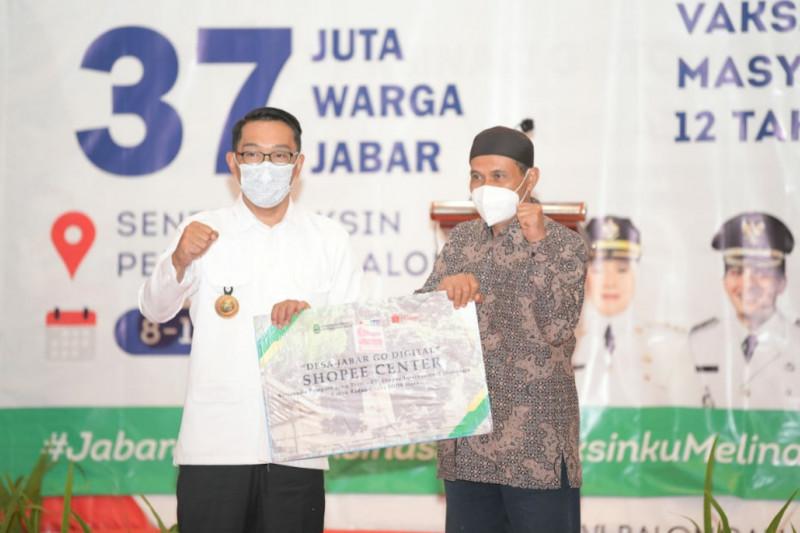 Gubernur Jabar serahkan bantuan keuangan khusus desa di Indramayu