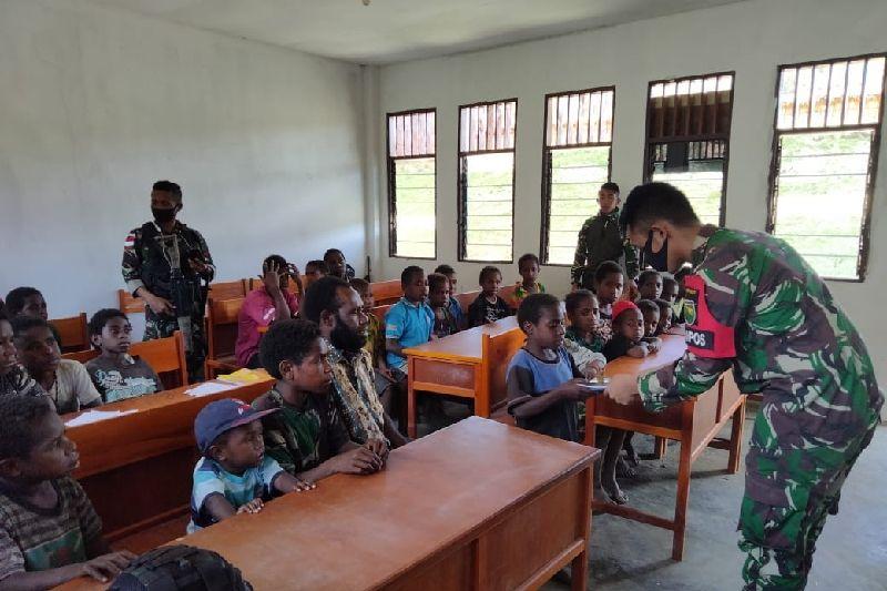 Satgas TNI bagikan alat tulis untuk siswa SD