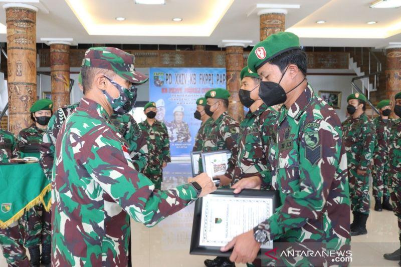 Pangdam XVII/Cenderawasih beri penghargaan 10 prajurit TNI AD berprestasi
