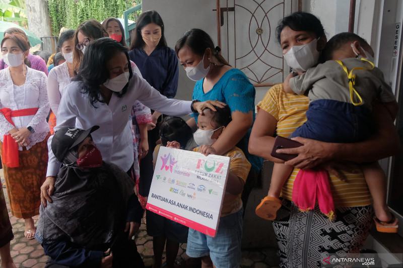 Penyerahan bantuan bagi anak dan perempuan kepala keluarga terdampak COVID-19