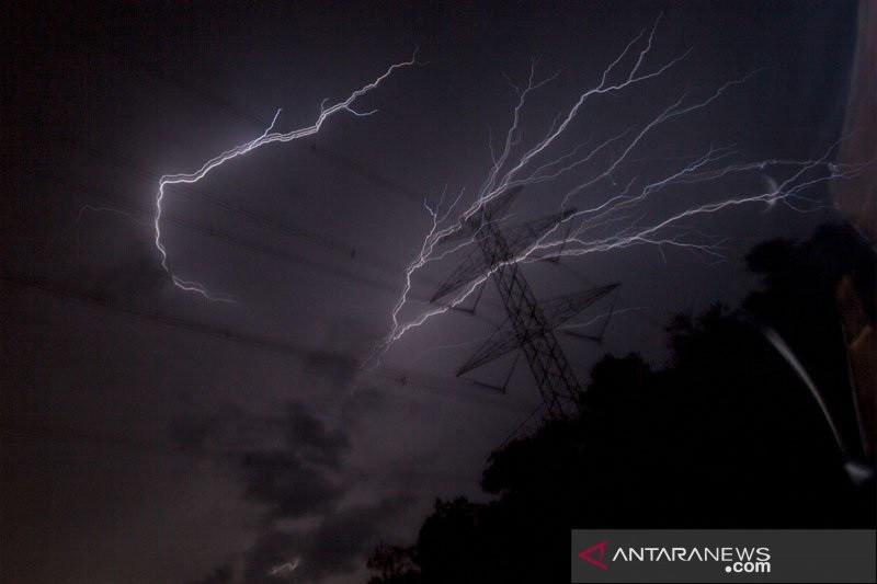 Cuaca Jakarta pada Jumat waspadai hujan disertai petir