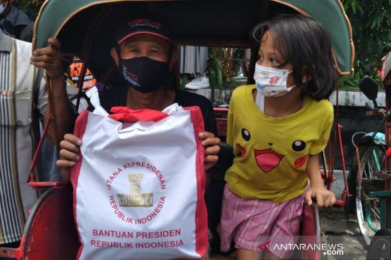 Jokowi bagikan sembako saat mudik ke Solo