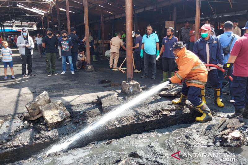 Pemkot bersihkan area kebakaran Pasar Bawah libatkan 300 ASN