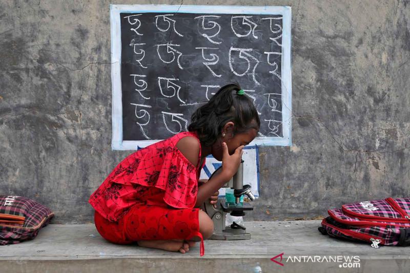 Siswa di India ikuti kelas di ruang terbuka saat pandemi COVID-19