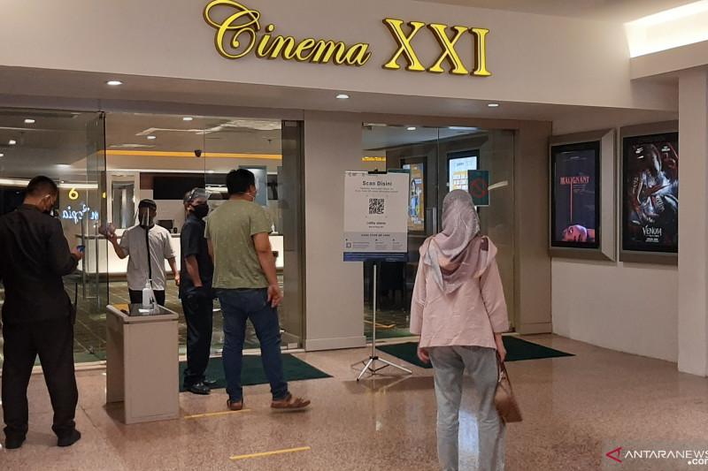 Pengunjung sambut baik pembukaan bioskop di Blok M saat PPKM