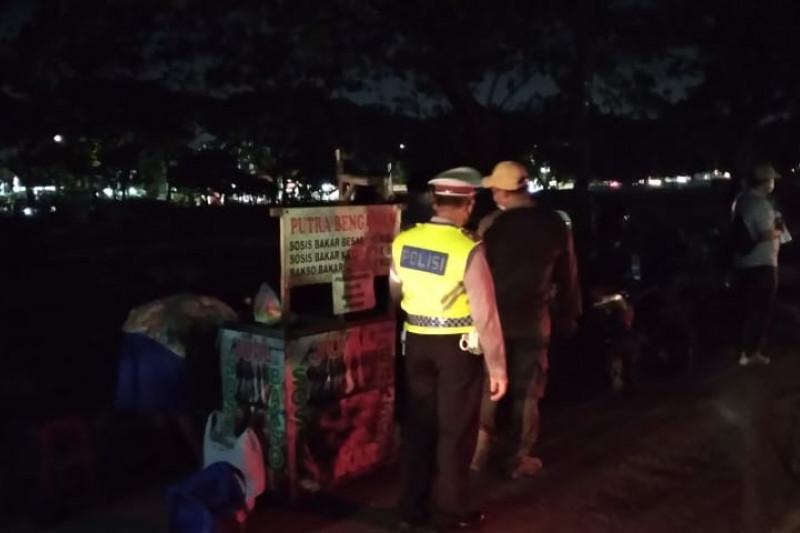 Polisi bubarkan kerumunan pedagang di Jakarta Timur