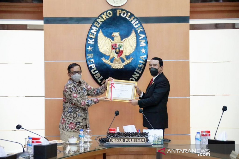 Menko Polhukam beri penghargaan kepada Rektor IPDN