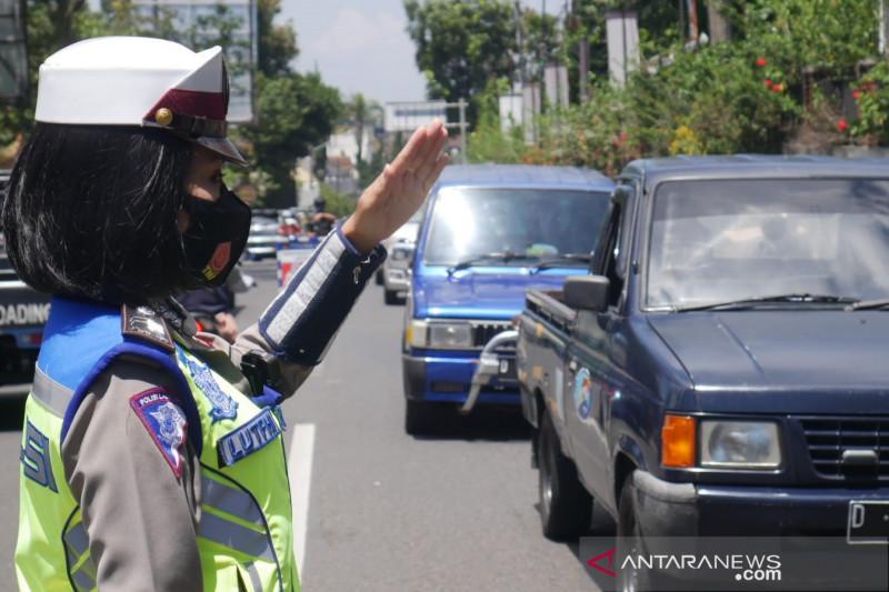 Polisi kembalikan 158 kendaraan saat ganjil genap di Lembang Bandung
