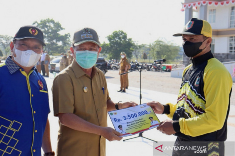 Bupati Tapin serahkan bantuan uang saku kepada atlet jelang PON Papua