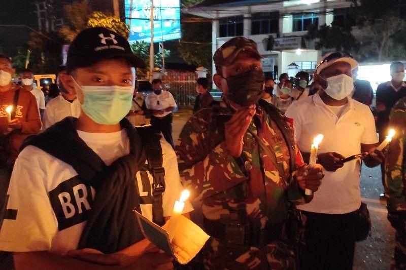 Terkait tragedi Kiwirok, ratusan nakes di Jayapura gelar bakar lilin