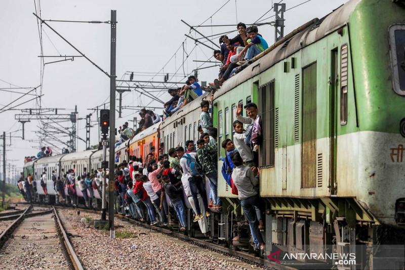 Meski sedang pandemi COVID-19, warga tetap berdesakan naik kereta di India