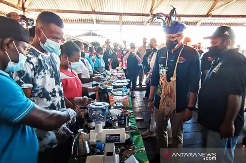 Menteri Sandiaga Uno kunjungi Kampung Yoboi yang masuk daftar ADWI