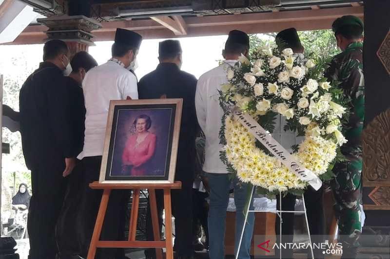 Mertua SBY dikebumikan di samping makam suaminya Sarwo Edhie Wibowo