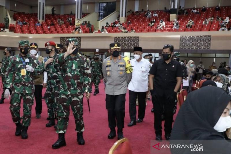 Panglima TNI tinjau vaksinasi massal di Padang