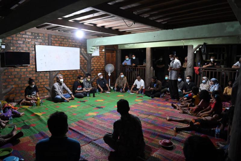 Nadiem bermalam di jambi bersama komunitas Suku Anak Dalam