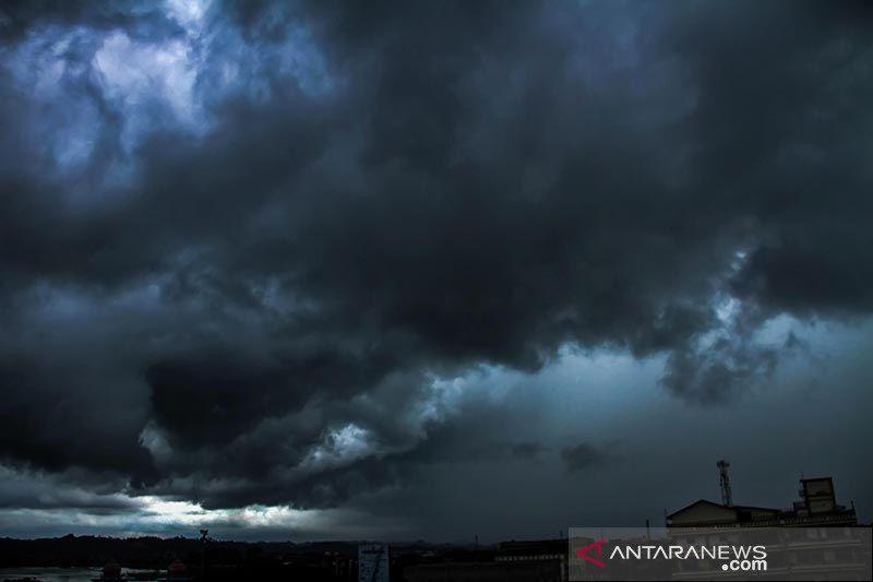 Waspada potensi hujan disertai angin kencang di sejumlah provinsi